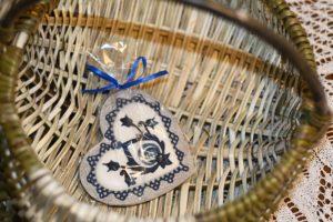 Motyw z haftu krajeńskiego na pierniku