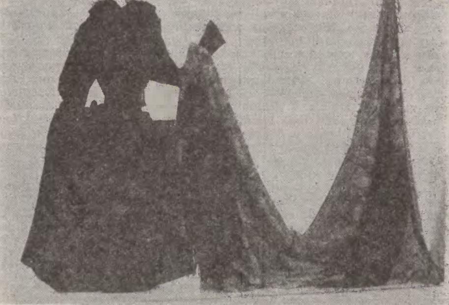 """Krajeńska czarna suknia ślubna. Źródło: Niedźwiecki J., """"Zarys wybranych zagadnień tradycyjnej kultury Krajniaków Złotowskich"""", """"Koszalińskie Zeszyty Muzealne"""" 1973, nr 3."""