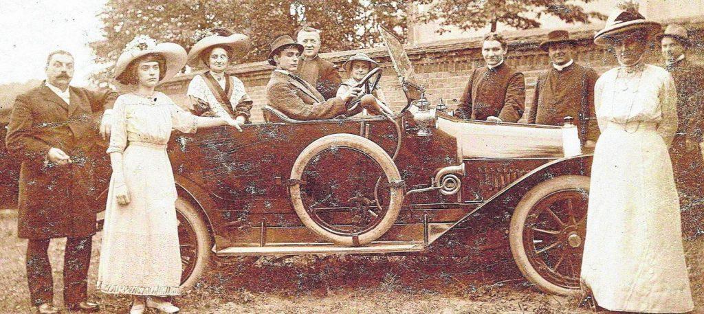 Ks. Leon Pellowski przy samochodzie (w kapeluszu z prawej strony). Źródło: www.dziennikbaltycki.pl